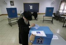 """<p>Житель Израиля бросает бюллетень в избирательную урну в Иерусалиме 10 февраля 2009 года. В Израиле проходят парламентские выборы, основными претендентами на победу в которых считаются лидер консервативной партии """"Ликуд"""" Биньямин Нетаньяху и министр иностранных дел страны Ципи Ливни. REUTERS/Yannis Behrakis</p>"""