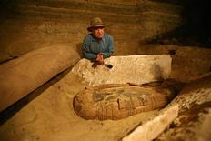 <p>El arqueólogo jefe de Egipto Zahi Hawass habla con la prensa sobre la momia intacta que hallaron en el pirámide Step de Saqqara, 11 feb 2009. Arqueólogos egipcios hallaron una momia intacta que data de los tiempos faraónicos cuando abrieron el miércoles en Saqqara un sarcófago de piedra caliza sellado, en la sombra de la pirámide más antigua del mundo que sigue en pie. REUTERS/Mike Nelson/Pool</p>