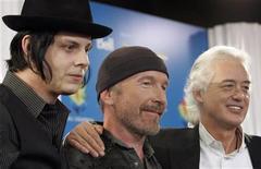 """<p>Foto de archivo de los guitarristas Jack White, 'The Edge' y Jimmy Page en una conferencia de prensa en el festival de cine de Toronto, 6 sep 2008. """"It Might Get Loud"""" es un documental de Davis Guggenheim sobre el ex guitarrista de Led Zeppelin Jimmy Page, 'The Edge' de U2 y Jack White de The White Stripes y The Raconteurs. REUTERS/Mike Cassese</p>"""