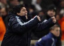 <p>Técnico da seleção da Argentina Diego Maradona comemora gol durante jogo amistoso contra a França, em Marselha, na quarta-feira. A Argentina derrotou a seleção local por 2 x 0, com desempenho convincente. REUTERS/Jean-Paul Pelissier (FRANCE)</p>