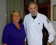 <p>La presidente cilena Michelle Bachelet posa con Fidel Castro all'Avana. REUTERS/Government of Chile/Handout</p>