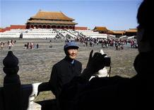 <p>Foto de archivo de una persona tomando una fotografía frente a la Ciudad Prohibida de Pekín, 10 oct 2008. China prestará a su rival Taiwán 29 reliquias de la Ciudad Prohibida de Pekín, informó la prensa estatal el lunes, 60 años después de que derrotados nacionalistas huyeron a la isla con tesoros similares. REUTERS/David Gray (CHINA)</p>