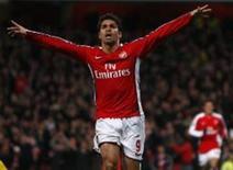 <p>Atacante Eduardo, do Arsenal, celebra um de seus dois gols em vitória, no domingo, contra o Cardiff City, em rodada do FA Cup. REUTERS/Eddie Keogh (BRITAIN)</p>