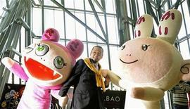 """<p>El artista japonés Takashi Murakami posa junto a sus personajes Kiki y Kaikai en la inaguración de sua exposición """"(c)MURAKAMI"""", en el museo Guggenheim de Bilbao, España, 16 feb 2009. Una mezcla de rótulos y lienzos, muñecos de estética manga, arte tradicional japonés y espectaculares esculturas es lo que encontrarán durante los próximos tres meses quienes visiten el museo Guggenheim de Bilbao, que el martes inauguró la exposición """"(c)MURAKAMI"""". REUTERS/Vincent West</p>"""