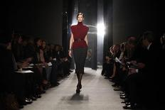 <p>A model presents a creation from the Donna Karan Fall 2009 collection during New York Fashion Week February 16, 2009. REUTERS/Eric Thayer</p>