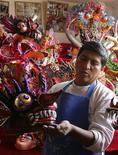 <p>El artesano Fernando Flores sostiene una máscara en su taller de Oruro de cara al carnaval, bolivia, 18 feb 2009. Bolivia ingresó de lleno el jueves a las fiestas de carnaval, con masivos festejos callejeros que parecían abrirse sitio entre los conflictos políticos casi habituales en el empobrecido país. REUTERS/David Mercado (BOLIVIA)</p>