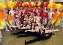 """<p>El grupo de bailarines del Moulin Rouge de Francia posa para una fotografía en Río de Janeiro, 10 feb 2009. ¿Cancán y samba? """"Oui"""", es lo que promete la escuela Grande Río, que en homenaje a Francia reproducirá un cabaret en su desfile por el Sambódromo de Río de Janeiro con parte del cuerpo de baile del famoso Moulin Rouge de París. REUTERS/Sergio Moraes</p>"""