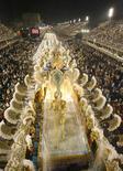 """<p>Miembros de la escuela de samba Beija-Flor bailan durante la primera noche del Carnaval de Río de Janeiro, Brasil, 23 feb 2009. El """"sambódromo"""" de Río de Janeiro estalló en una fiesta de música, color y sensualidad en la primera jornada de su famoso concurso de Escolas de Samba, perla del Carnaval de Brasil y que por primera vez en 14 años contó con la presencia de un presidente del país. REUTERS/Fernando Soutello</p>"""