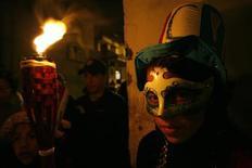 """<p>Un participante de las celebraciones del carnaval de Guaranda posa para una fotografíam Ecuador 22 feb 2009. Ataviado con un colorido poncho, pantalones de cuero de borrego y un sombrero típico, Guido Zapata ingresa a una de las ciudades andinas del Ecuador, en medio de una """"guerra"""" de agua, espuma de jabón y harina protagonizada por eufóricos indígenas y mestizos. REUTERS/Guillermo Granja (ECUADOR)</p>"""