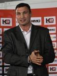 <p>Украинский боксер Виталий Кличко на пресс-конференции в Штутгарте 2 февраля 2009 года. Чемпион мира по боксу в супертяжелом весе Виталий Кличко обратился в Международный спортивный арбитражный суд с жалобой на Всемирный боксерский совет (WBC), обязавший его провести два поединка, чтобы отстоять свой титул. REUTERS/Alex Grimm</p>