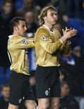 <p>Alessandro Del Piero e Pavel Nedved (direita), da Juventus, após derrota da equipe para o Chelsea na Liga dos Campeões, quarta-feira, em Londres. REUTERS/Eddie Keogh (BRITAIN)</p>