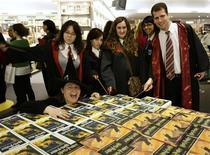 """<p>Consumidores vestidos com roupas de personagens posam para foto diante dos livros """"Harry Potter e as Relíquias da Morte"""" em Barcelona. REUTERS/Gustau Nacarino</p>"""