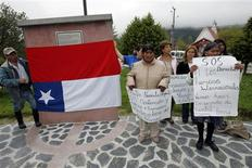 <p>Residents of Chaiten show the inverted flag of Chile during a protest against the government of Bachelet in Chaiten town, located some 1,220 km (758 miles) south of Santiago February 26, 2009. REUTERS/Victor Ruiz Caballero</p>