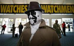 <p>Eric Tetangco, of Los Angeles, arrives dressed as Rorschach from comic Watchmen during the 39th annual Comic Con Convention in San Diego July 24, 2008. REUTERS/Mike Blake</p>