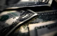 <p>Купюры номиналом в один доллар США в Торонто 26 марта 2008 года. Госсекретарь США Хиллари Клинтон в понедельник объявит о решении США выделить Палестинской автономии и сектору Газа $900 миллионов, сообщил в воскресенье представитель Госдепартамента Роберт Вуд. REUTERS/Mark Blinch</p>