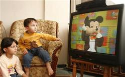 <p>Bambini davanti alla televisione. REUTERS/Suhaib Salem</p>