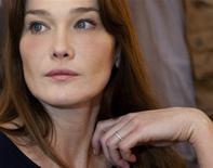 <p>A primeira-dama da França, Carla Bruni, disse que gostaria de ser mãe novamente e que, se não conseguir ter um filho próprio, ficará feliz em adotar uma criança. Arquivo, 11 de fevereiro de 2009. REUTERS/Philippe Wojazer (BURKINA FASO)</p>