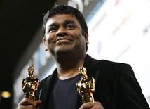 """<p>Foto de archivo del compositor A.R Rahman junto a sus premios Oscar por mejor canción y mejor banda sonora por el filme """"Slumdog Millionaire"""", durante la fiesta oficial de celebración de la cinta y de la película """"The Wrestler"""", realizada en Los Angeles, EEUU, 22 feb 2009. Con la intención de hacer más atractiva su campaña electoral, el partido oficialista Congreso de India adquirió los derechos de """"Jai Ho"""", la canción ganadora del Oscar de la película """"Slumdog Millionaire"""". REUTERS/Mario Anzuoni</p>"""