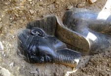 <p>Uma das duas estátuas encontradas por um grupo de arqueologistas do Egito e da Europa, no lado ocidental do Nilo, em Luxor, a 600 km do sul do Cairo. O grupo descobriu duas estátuas do rei Amenhotep 3o, que governou o Egito há 3.400 anos. REUTERS/Supremo Conselho da Antiguidade/Divulgação (EGITO)</p>