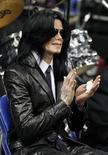 <p>Поп-звезда Майкл Джексон на похоронах Джеймса Брауна в Аугусте, штат Джорджия 30 декабря 2006 года. Американская поп-звезда Майкл Джексон после длительного перерыва собирается возобновить концертную деятельность. REUTERS/Lucas Jackson</p>