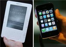 <p>Grâce à un logiciel dédié, les utilisateurs américains de l'iPhone (à droite) et de l'iPod Touch d'Apple peuvent désormais consulter des livres électroniques destinés au lecteur portatif Kindle (à gauche) d'Amazon.com. /Photo d'archives/REUTERS/Mike Segar et Vivek Prakash</p>