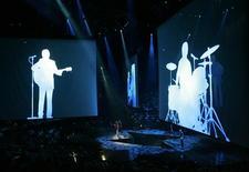 """<p>Silhouettes des membres des Beatles lors de la présentation du spectacle """"LOVE"""" du Cirque du Soleil. Les fans des Beatles qui ont toujours voulu chanter ou jouer avec leur groupe préféré pourront enfin réaliser leur rêve à partir du 9 septembre, date de sortie du très attendu jeu vidéo """"The Beatles : Rock Band"""". /Photo prise le 28 juin 2006/REUTERS/Las Vegas Sun/Steve Marcus</p>"""