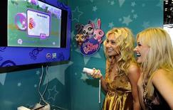 <p>Le popstar Aly & AJ giocano col video game 'Littlest Pet Shop' a New York. La foto è del 7 ottobre 2008. REUTERS/Ray Stubblebine/Hasbro/Handout</p>