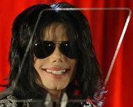 <p>La estrella pop Michael Jackson sonríe durante una conferencia de prensa en Londres, 5 mar 2009. La breve aparición de Michael Jackson el jueves en el O2 Arena de Londres, donde planea presentar una serie de 10 conciertos a partir del 8 de julio, levantó más preguntas que respuestas. REUTERS/Stefan Wermuth</p>