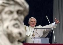 <p>Papa Benedetto XVI durante l'Angelus in Vaticano, il primo marzo 2009. REUTERS/Max Rossi</p>