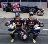 <p>Pilotos da Toro Rosso posam para foto durante apresentação oficial do novo carro STR4 para a próxima temporada da Fórmula 1. REUTERS/Albert Gea</p>