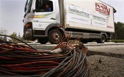 <p>A Innowattech, companhia de energia afiliada ao Instituto de Tecnologia Technion de Israel, informou que geradores especiais instalados embaixo das rodovias, estradas de ferro e trilhos podem armazenar energia suficiente dos veículos que transitam nas vias para produzir eletricidade em massa.</p>