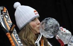 <p>Lindsey Vonn bacia il trofeo dopo aver vinto l'ultima discesa femminile alle finali di Coppa del Mondo ad Are. REUTERS/Wolfgang Rattay</p>