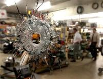 <p>Сотрудники правоохранительных органов США работают на месте преступления в городе Самсон, штат Алабама 10 марта 2009 года. Вооруженный мужчина застрелил по меньшей мере 9 человек в американском штата Алабама во вторник, после чего покончил с собой, сообщили официальные лица. REUTERS/Mark Wallheiser</p>