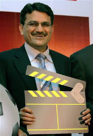 Manoj Kohli, CEO and joint managing director, poses during a news conference in New Delhi in this August 3, 2006 file photo. Shares in Bharti Airtel fell as much as 6 percent on Thursday after the leading Indian telecom firm's chief executive sold his holding in the company. REURERS/Kamal Kishore