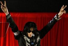 <p>Michael Jackson en una conferencia de prensa en el estadio O2 Arena en Londres, 5 mar 2009. La estrella estadounidense del pop Michael Jackson extendió a 44 el número de sus conciertos de regreso en Londres, donde actuará desde el 8 de julio hasta el 12 de febrero del 2010, dijo el jueves el sitio de internet oficial de las presentaciones. REUTERS/Stefan Wermuth</p>