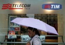 <p>Una passante davanti a un negozio Telecom a Roma. REUTERS/Dario Pignatelli (ITALY)</p>