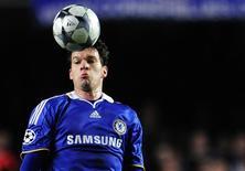<p>Michael Ballack, durante jogo do Chelsea contra o Juventus, em fevereiro, foi confirmado pelo técnico da seleção alemã Joachim Loew como capitão do time para a Copa do Mundo 2010 caso a equipe se classifique. REUTERS/Dylan Martinez</p>