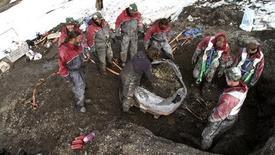 """<p>Un equipo de la Universidad de Oslo excavan el sitio donde se encontró el fósil de un gigantesco reptil marino en Svalbard, Noruega. El gigantesco fósil de un monstruo marino descubierto en el Artico y conocido como """"Depredador X"""" muestra una capacidad de mordedura que haría que el tiranosaurio Rex se viera inofensivo, dijeron el lunes científicos. REUTERS/Oslo University/Handout</p>"""