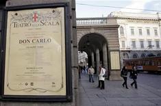"""<p>La locandina del """"Don Carlo"""" fuori dalla Scala di Milano. REUTERS/Alessandro Garofalo</p>"""