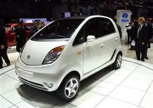 <p>Автомобиль Tata Nano демонстрируется на 78-м Женевском автосалоне 4 марта 2008 года. Выпуск Nano - самого дешевого в мире автомобиля, разработанного индийской Tata Motors - начнется в ближайший понедельник, но дилеры предполагают, что в продаже автомобиль появится не ранее июля. REUTERS/Denis Balibouse</p>