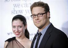 """<p>Membros do elenco do filme """"Pagando Bem, que Mal Tem?"""", Seth Rogen e Elizabeth Miller, na estreia do filme, em Los Angeles. 20/10/2008. REUTERS/Phil McCarten</p>"""