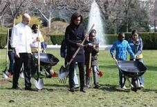 <p>La primera dama estadounidense, Michelle Obama, durante la inauguración del huerto de la Casa Blanca en Washington, 20 mar 2009. Obama, comenzó el viernes a trabajar en un huerto en la Casa Blanca, cavando en el patio sur de la mansión para ayudar a proveer a sus hijas y a visitantes con comida tanto fresca como saludable. REUTERS/Jason Reed</p>
