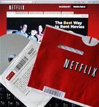 <p>Imagen de archivo de discos DVD arrendados y el sitio web de Netflix, 14 ago 2008. Netflix Inc es la última compañía de medios que se ha integrado con la red social Facebook, cuya enorme comunidad de jóvenes usuarios conocedores de las últimas tecnologías podría hacer crecer el número de suscriptores del servicio de alquiler de DVD. REUTERS/Brian Snyder/Archivo</p>