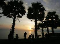 <p>Locals and tourists watch a sunset from Phuket Island's Phromthep Cape in Thailand on March 21, 2005. REUTERS/Adrees Latif</p>
