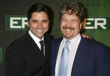 <p>Ator John Stamos com o produtor-executivo da série ER, John Wells, na festa de despedida, em Hollywood. 28/03/2009. REUTERS/Fred Prouser</p>