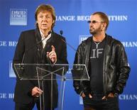 <p>Los integrantes vivos del grupo The Beatles, Paul McCartney y Ringo Starr, tocaron juntos el sábado para reunir dinero para ayudar a los niños a aprender una técnica de meditación que los íconos de los sesenta practicaron en su momento de mayor fama. En la imagen, McCartney y Starr en el anuncio del concierto el 3 de abril en Nueva York. REUTERS/Chip East</p>