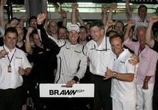 <p>Piloto da Brawn GP Jeson Button comemora a vitória no Grande Prêmio da Malásia. 05/04/2009. REUTERS/Shaiful Rizal</p>