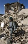 <p>Un policía italiano camina entre los restos de una vivienda después de un sismo en Onna, 6 abr 2009. Un equipo de la principal universidad de Taiwán desarrolló un pequeño aparato de bajo presupuesto que puede detectar dentro de 30 segundos si un sismo será de gran magnitud o no, un tiempo suficiente para emitir advertencias cruciales, informó el lunes un creador. REUTERS/Chris Helgren</p>