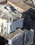 <p>Vista aérea de un edificio colapsado en L'Aquila, Italia, 6 abr 2009. El sismo que sacudió el lunes el centro de Italia dañó seriamente varias iglesias antiguas y otros sitios históricos, dijo el ministerio de Cultura. REUTERS/Polizia Di Stato</p>