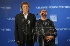 <p>Los ex Beatles Paul McCartney y Ringo Starr hablan en una conferencia de prensa en Nueva York, 3 abr 2009. El catálogo original de los Beatles ha sido remasterizado digitalmente por primera vez y se venderá en formato CD a partir del 9 de septiembre, informó el sello discográfico del grupo y su compañía. REUTERS/Chip East</p>